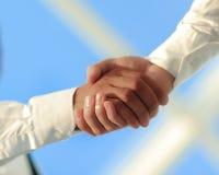 Foto del primo piano di una stretta di mano di due riusciti uomini d'affari Fotografie Stock Libere da Diritti