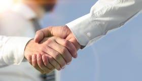 Foto del primo piano di una stretta di mano di due riusciti uomini d'affari Immagini Stock Libere da Diritti