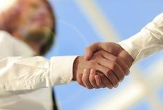 Foto del primo piano di una stretta di mano di due riusciti uomini d'affari Immagine Stock Libera da Diritti