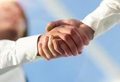 Foto del primo piano di una stretta di mano di due riusciti uomini d'affari Fotografie Stock