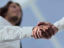 Foto del primo piano di una stretta di mano di due riusciti uomini d'affari Immagine Stock