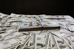 Foto del retrato del primer del dinero 100 dólares de montón de los billetes de banco Fotografía de archivo