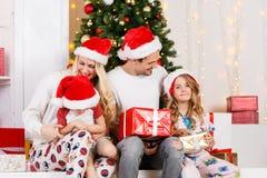 Foto del ` s del Año Nuevo de la familia en el pino del ` s del Año Nuevo Fotografía de archivo libre de regalías