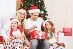 Foto del ` s del Año Nuevo de la familia en el pino del ` s del Año Nuevo Foto de archivo libre de regalías