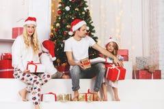Foto del ` s del Año Nuevo de la familia en el pino del ` s del Año Nuevo Foto de archivo
