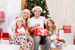 Foto del ` s del Año Nuevo de la familia en el pino del ` s del Año Nuevo Imágenes de archivo libres de regalías