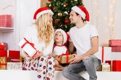 Foto del ` s del Año Nuevo de la familia en el pino del ` s del Año Nuevo Imagen de archivo libre de regalías