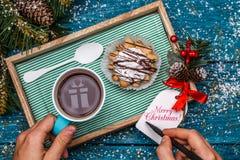 Foto del ` s del Año Nuevo del té con la imagen del regalo, torta Fotos de archivo libres de regalías
