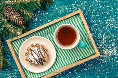 Foto del ` s del Año Nuevo del té con la torta Fotos de archivo