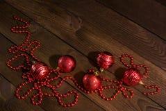 Foto del ` s del Año Nuevo y juguetes de la Navidad en la tabla de madera Imagen de archivo libre de regalías