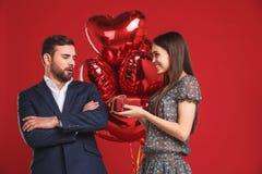 Foto del ` s de la tarjeta del día de San Valentín de pares cariñosos jovenes con el corazón de los globos imagenes de archivo