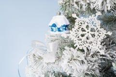 Foto del `s del Año Nuevo el árbol del ` s del Año Nuevo con la imitación de la nieve se adorna con el toyson un fondo azul Imagen de archivo libre de regalías