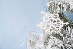 Foto del `s del Año Nuevo el árbol del ` s del Año Nuevo con la imitación de la nieve se adorna con el toyson un fondo azul Foto de archivo libre de regalías