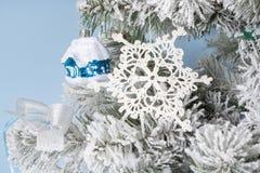 Foto del `s del Año Nuevo el árbol del ` s del Año Nuevo con la imitación de la nieve se adorna con el toyson un fondo azul Imagenes de archivo