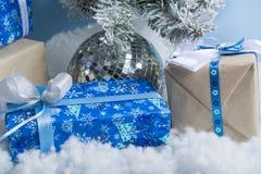 Foto del `s del Año Nuevo el árbol del ` s del Año Nuevo con la imitación de la nieve se adorna con los juguetes Los regalos mien Fotografía de archivo