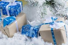 Foto del `s del Año Nuevo el árbol del ` s del Año Nuevo con la imitación de la nieve se adorna con los juguetes Los regalos mien Foto de archivo