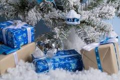 Foto del `s del Año Nuevo el árbol del ` s del Año Nuevo con la imitación de la nieve se adorna con los juguetes Los regalos mien Imagen de archivo libre de regalías