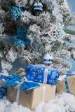 Foto del `s del Año Nuevo el árbol del ` s del Año Nuevo con la imitación de la nieve se adorna con los juguetes Los regalos mien Imágenes de archivo libres de regalías