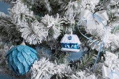 Foto del `s del Año Nuevo el árbol del ` s del Año Nuevo con la imitación de la nieve se adorna con los juguetes Los regalos mien Fotos de archivo