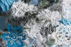 Foto del `s del Año Nuevo el árbol del ` s del Año Nuevo con la imitación de la nieve se adorna con los juguetes Los regalos mien Fotos de archivo libres de regalías