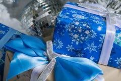 Foto del `s di nuovo anno l'albero del ` s del nuovo anno con imitazione di neve è decorato con i giocattoli I regali si trovano  Fotografia Stock Libera da Diritti