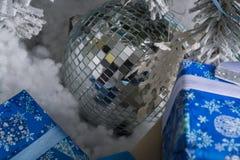 Foto del `s di nuovo anno l'albero del ` s del nuovo anno con imitazione di neve è decorato con i giocattoli I regali si trovano  Immagine Stock