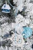 Foto del `s di nuovo anno l'albero del ` s del nuovo anno con imitazione di neve è decorato con i giocattoli I regali si trovano  Fotografie Stock