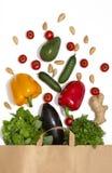 Foto del sacco di carta con le verdure e la frutta Composizione piana in disposizione con gli ortaggi freschi su fondo bianco fotografia stock
