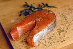 Foto del salmone Pesce rosso fresco, vene bianche, colore ricco Il pesce ha condito in spezie, basilico secco, sale, pepe Pesce d fotografia stock