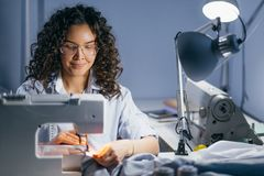 Foto del sarto femaile che fa un indumento in posto di lavoro concetto di piccola impresa fotografia stock