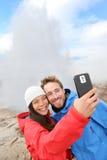 Foto del selfie de los turistas de Islandia por el géiser de Strokkur Imagenes de archivo