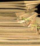 foto del Sepia-estilo de la pila de revistas viejas con las señales Imagen de archivo libre de regalías