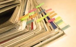 foto del Sepia-estilo de la pila de revistas viejas con las señales Foto de archivo libre de regalías