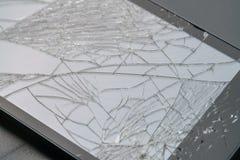 Foto del smartphone con la pantalla fracturada Foto de archivo