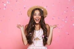 Foto del sombrero de paja elegante de la mujer que lleva 20s que ríe mientras que es stan imágenes de archivo libres de regalías