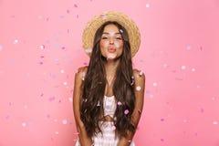 Foto del sombrero de paja hermoso de la mujer que lleva 20s que ríe mientras que st imagen de archivo libre de regalías