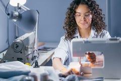 Foto del tessuto di cucito del sarto da donna sulla macchina di cucitura Fotografia Stock