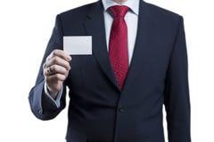 Foto del traje que lleva del hombre de negocios que sostiene la tarjeta en blanco en los vagos blancos fotos de archivo