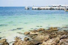 Foto del verano del mar, del océano y de las islas en el fondo Isla tropical Vacations la reconstrucción en el verano fotografía de archivo libre de regalías