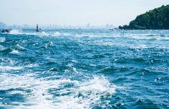 Foto del verano del mar, del océano y de las islas en el fondo Isla tropical Vacations la reconstrucción en el verano fotos de archivo