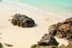 Foto del verano del mar, del océano y de las islas en el fondo Isla tropical Vacations la reconstrucción en el verano fotografía de archivo