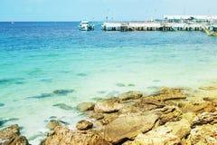 Foto del verano del mar, del océano y de las islas en el fondo Isla tropical Vacations la reconstrucción en el verano fotos de archivo libres de regalías