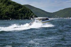 Foto del verano del mar, del yate y de las islas en el fondo Isla tropical Vacaciones en el verano fotografía de archivo libre de regalías