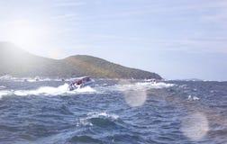 Foto del verano del mar, del yate y de las islas en el fondo Isla tropical Vacations la reconstrucción en el verano foto de archivo libre de regalías