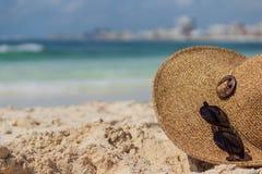 Foto del verano Sunhat y gafas de sol fotografía de archivo