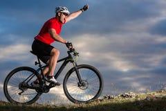 Foto del viaje de la aventura de la bici Paseo de los turistas de la bici en el campo cuesta abajo Fotografía de archivo