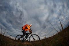 Foto del viaje de la aventura de la bici Paseo de los turistas de la bici en el campo cuesta abajo Imagen de archivo libre de regalías