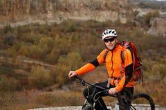 Foto del viaje de la aventura de la bici Paseo de los turistas de la bici en el campo cuesta abajo Fotos de archivo