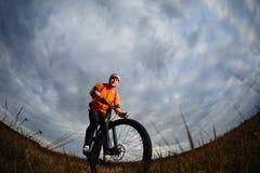 Foto del viaje de la aventura de la bici Paseo de los turistas de la bici en el campo cuesta abajo Imagen de archivo