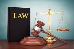 Foto del viejo estilo Escala del oro de la justicia, libro de ley y mazo de madera Fotografía de archivo libre de regalías